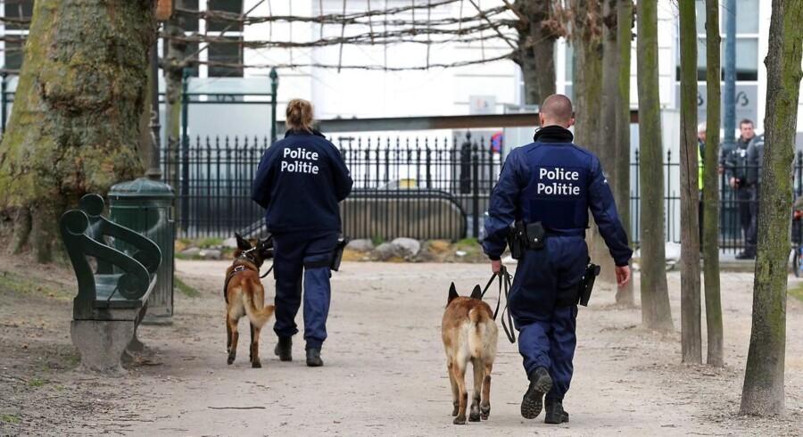 Arkivfoto: Belgisk politi patruljerer her i Warandepark, som blev evakueret efter eksplosionen ved Maalbeek metrostation.