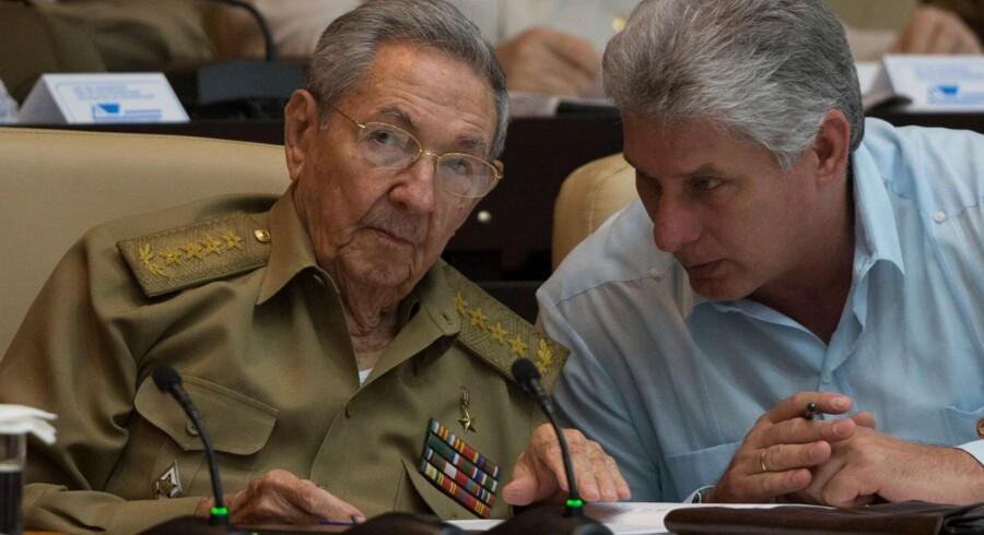 Raul Castro til venstre har torsdag overgivet magten i Cuba til Miguel Diaz-Canel til højre. Førstnævnte fortsætter dog som formand for Det Kommunistiske Parti i Cuba. Scanpix/Ismael Francisco