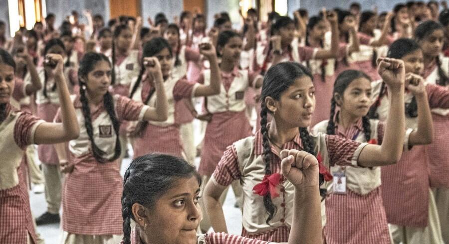 Skoleeelever på selvforsvarskursus i New Delhi. Kurserne er stærkt efterspurgte efter endnu en stribe af avisoverskrifter, der beskriver overfald på kvinder. Foto: The New York Times