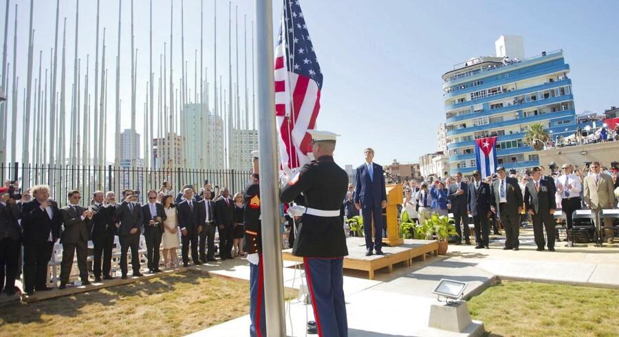USAs udenrigsminister John Kerry og andre honoratiores ser til, mens det amerikanske flag hejses ved den genåbnede ambassade i Havana.