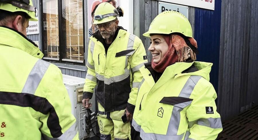 Maha Mohammed Ayab er flygtet fra Homs i Syrien i slutningen af 2015. Nu arbejder hun som byggeleder-trainee for et entreprenørfirma i Aalborg. Da hun er under midlertidig beskyttelse, er hun blandt knap 4200 syrere på regeringens og Dansk Folkepartis forhandlingsbord med risiko for at blive sendt tilbage igen.