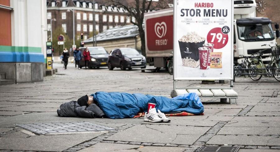 ARKIVFOTO: En hjemløs mand på Axeltorv, København.