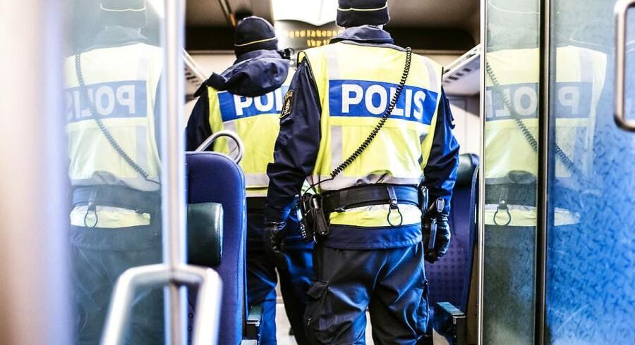 Det svenske politi tjekker alle togpassagerness id på Hyllie station i Sverige.