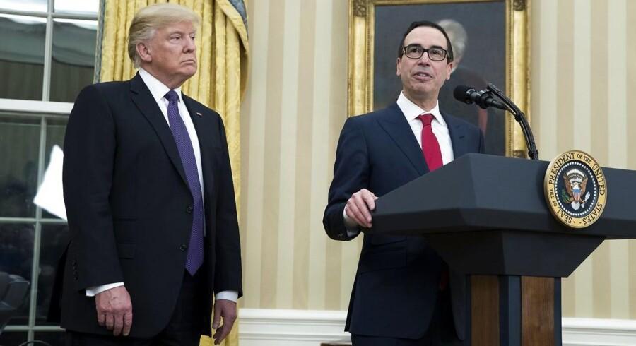 Donald J. Trumps nyeste tilføjelse til regeringen Steven Mnuchin (th) bliver landets nye finansminister.