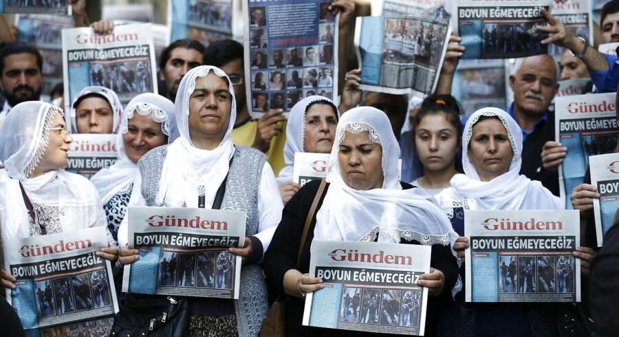 Lukningen af avisen Özgür Gündem er gået på gaden med en forside, som avisen har fået trykt med hjælp fra en anden avis. Overskriften lyder »Vi bøjer os ikke!«