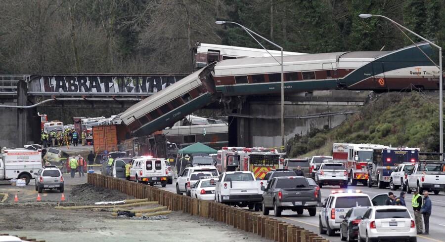De første undersøgelser indikerer, at nødbremsesystemet på toget automatisk slog til, og at det ikke blev aktiveret manuelt af lokomotivføreren, oplyser Det Nationale Råd for Transportsikkerhed ifølge Reuters.