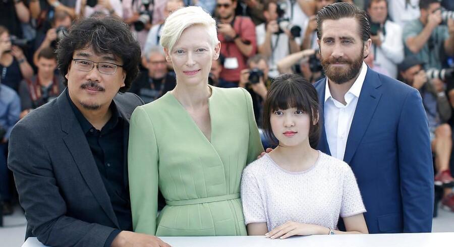 Tilda Swinton i Cannes fredag - flankeret af instruktør Bong Joon-ho Jake Gyllenhall og barneskuespilleren Seo-Hyeon Ahn.