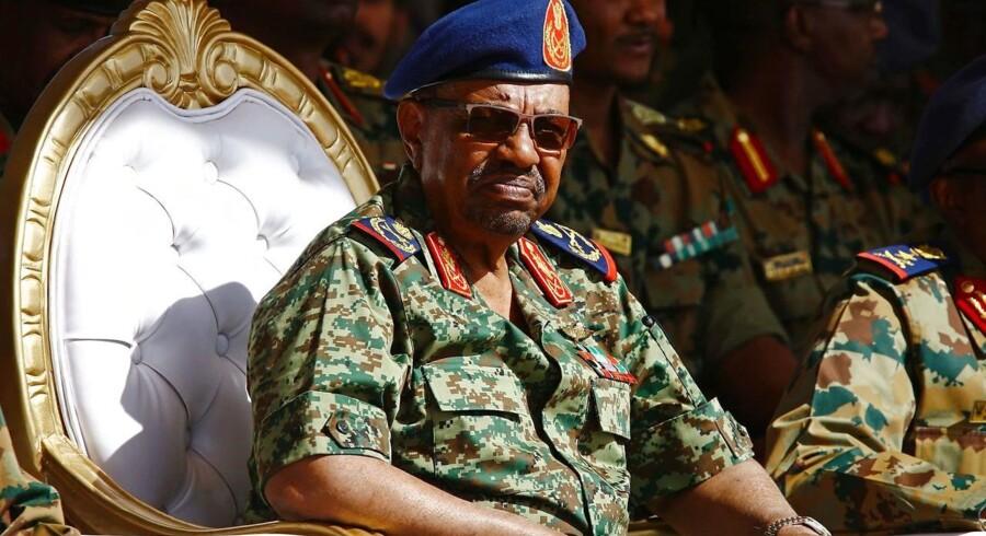 »Jeg kan bekræfte, at præsident Bashir vil rejse til Saudi-Arabien,« siger det afrikanske lands udenrigsminister, Ibrahim Ghandour, til journalister i Genève.