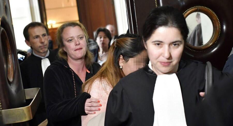 En af de tidligere ansatte (kvinden i midten) ankommer til retssagen i Bruxelles.