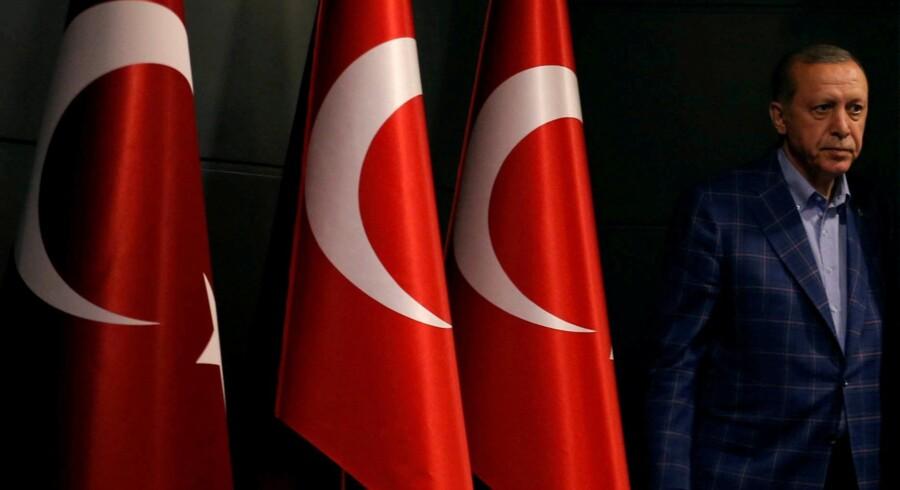 Undtagelsestilstanden i Tyrkiet er nu forlænget i yderligere tre måneder. Den har været i kraft siden juli sidste år, hvor en del af militæret forsøgte sig med et kup mod præsident Erdogans styre. Reuters/Murad Sezer
