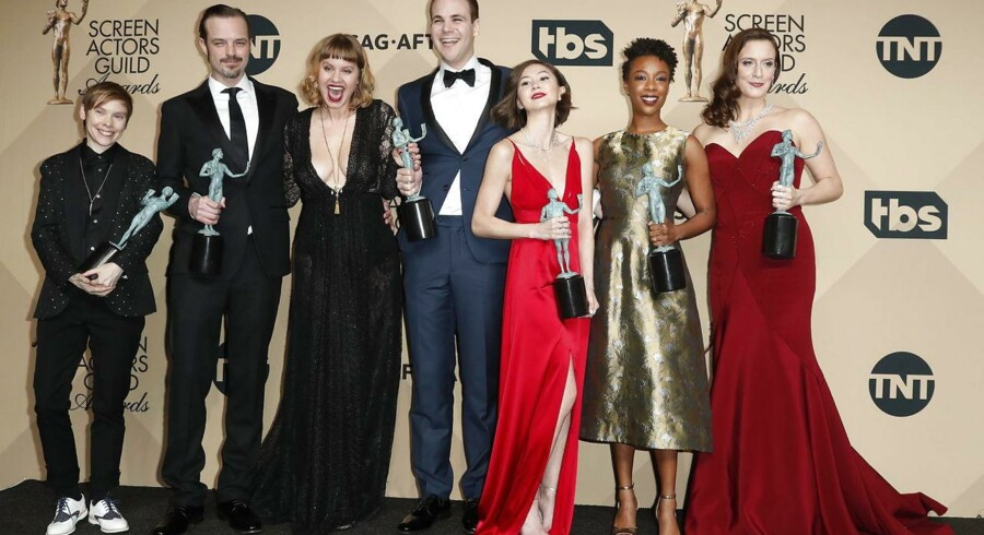 En del af holdet bag Netflix' successerie »Orange is the new black« - fra venstre Abigail Savage, James McMenamin, Emily Althaus, Alan Aisenberg, Kimiko Glenn, Samira Wiley og Julie Lake - ved prismodtagelsen under det 23. Screen Actors Guild Awards-show i Los Angeles i januar ... samtidig med at hackere stjal færdige afsnit af den kommende sæson. Arkivfoto: Paul Buck, EPA/Scanpix