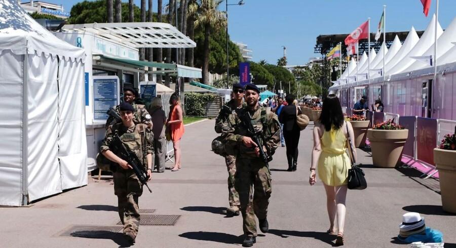 Franske elitetropper blander sig i år med de letpåklædte festivaldletagere på Cannes Festivalen. Sikkerheden er skruet i vejret.
