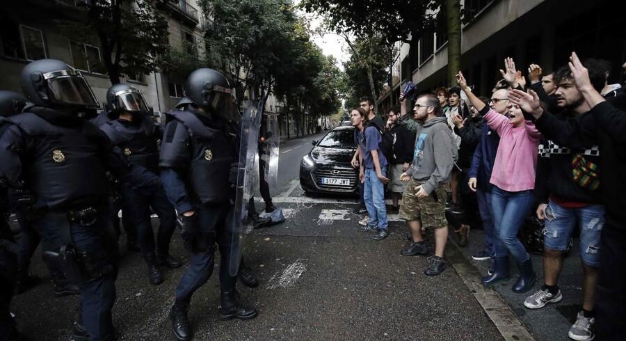 Uafhængighedsvalget i Catalonien har udviklet sig til en brutal kamp mellem politiet og valgdeltagere med flere hundrede sårede. Her ved en demonstration i Barcelona, Spanien, søndag den 1. oktober 2017.
