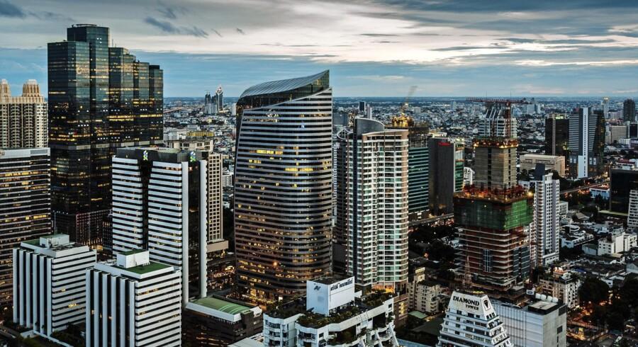 Nye skyskrabere skyder ustandseligt op i Bangkok, og der er nok, der gerne vil leje sig ind i dem. Der er altså fest på det thailandske ejendomsmarked, og som noget nyt bliver udenlandske investorer også inviteret med til den. Foto: Flickr.