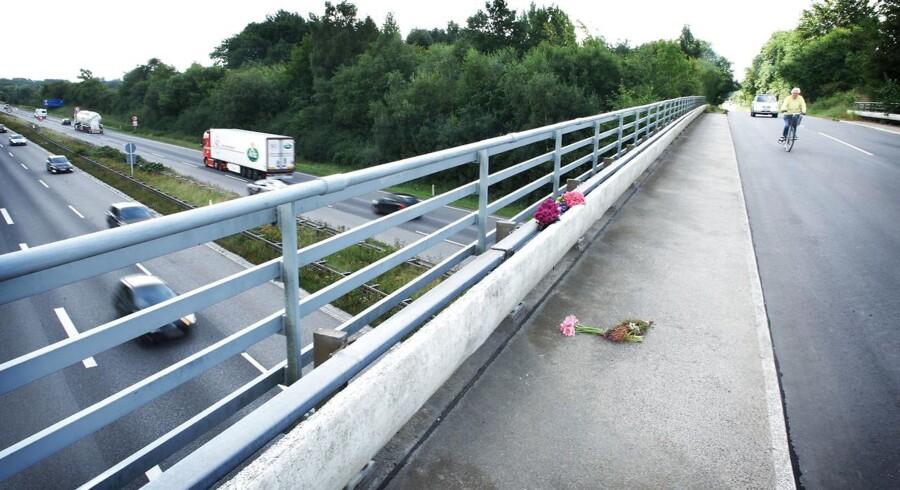 (ARKIV) Blomster på motorvejsbroen mellem Blommenslyst og Vissenbjerg på Fyn, hvor en person omkom, en person blev alvorligt tilskadekommen og et barn slap med skrammer, efter der blev kastet en betonklods ned på deres bil.