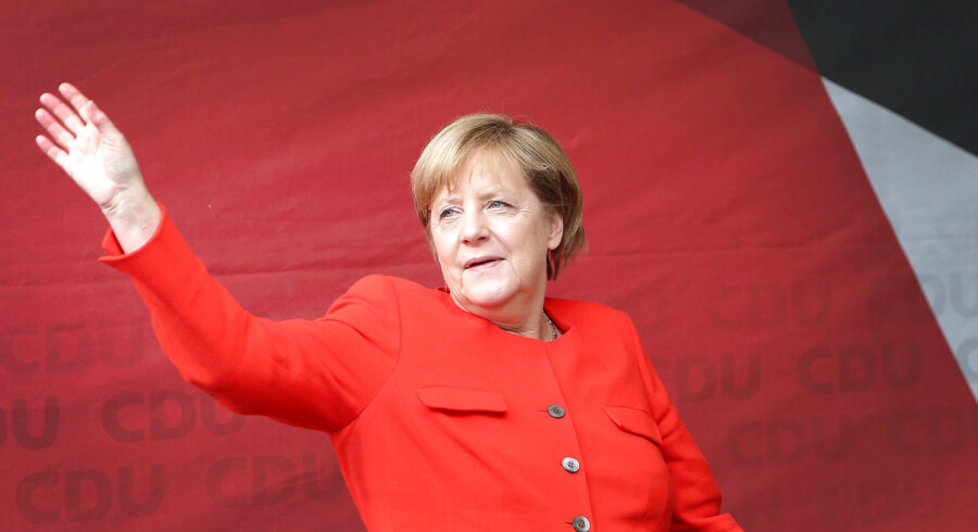 German Chancellor Angela Merkel waves as she arrive to addresse the audience during an election campaign rally in Heidelberg, southwest Germany, on September 5, 2017. / AFP PHOTO / Daniel ROLAND