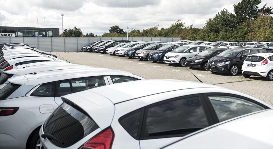 Der er snart ikke mere plads på bilernes lagre. Berlingske besøger VIA-biler og ser, hvordan de spritnye og klargjorte biler står klar, men ikke kan sælges.
