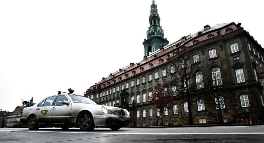 Taxi foran Christiansborg Slot.