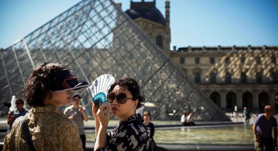 Det verdensberømte Louvre-museum er i forvejen stærkt bevogtet, efter at en ekstremist under valgkampen angreb soldater, der stod på vagt i nærheden af museet. (arkivfoto) / AFP PHOTO / LIONEL BONAVENTURE
