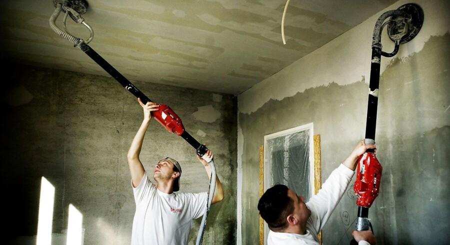 Fra på torsdag d. 1. januar er det slut med at få fradrag på op til 15.000 kr. om året for løn til service og vedligeholdelse af dit hus - det såkaldte håndværkerfradrag.