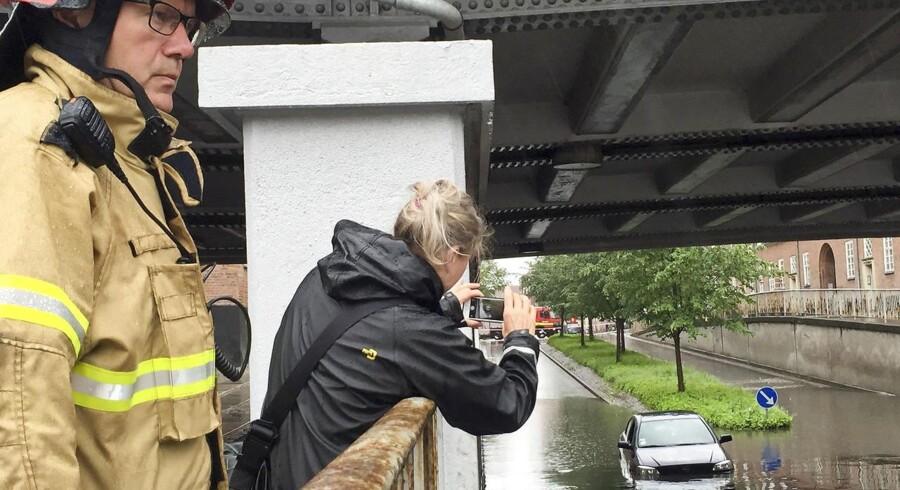 Blandt andet ved Lindevang Station er vandet fra oven torsdag til at få øje på.