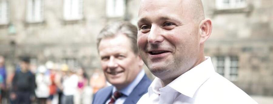 Pressemøde hvor afgående konservative formand Lars Barfoed giver formandsposten videre til Viborgborgmesteren Søren Pape i bibliotekshaven ved Christiansborg.