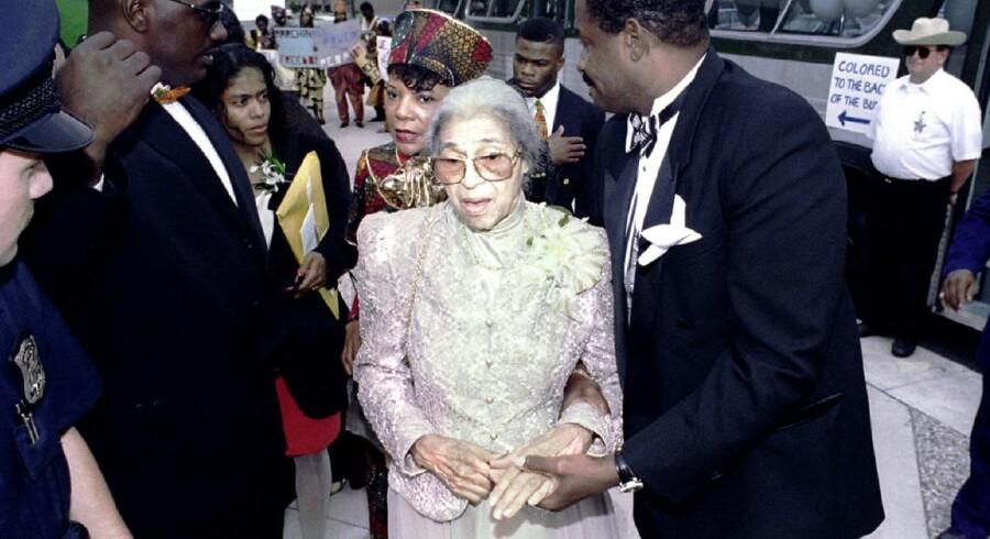 Rosa Parks, der af mange anses for at være borgerrettighedsbevægelsens moder, bliver her hjulpet hen til et museum for afroamerikansk historie i år 1995. 40 år tidligere nægtede hun at flytte sig fra sit sæde forrest i en bus, der var forbeholdt hvide i Montgomery i delstaten Alabama, hvilket satte gang i en stor boycot af busser i byen.