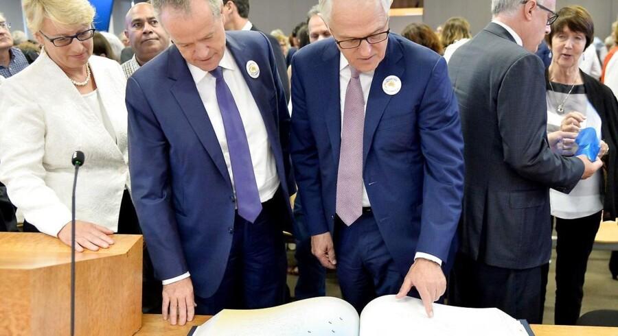 Oppositionens leder Bill Shorten og Australiens premierminister Malcolm Turnbull i færd med at læse op fra rapporten.
