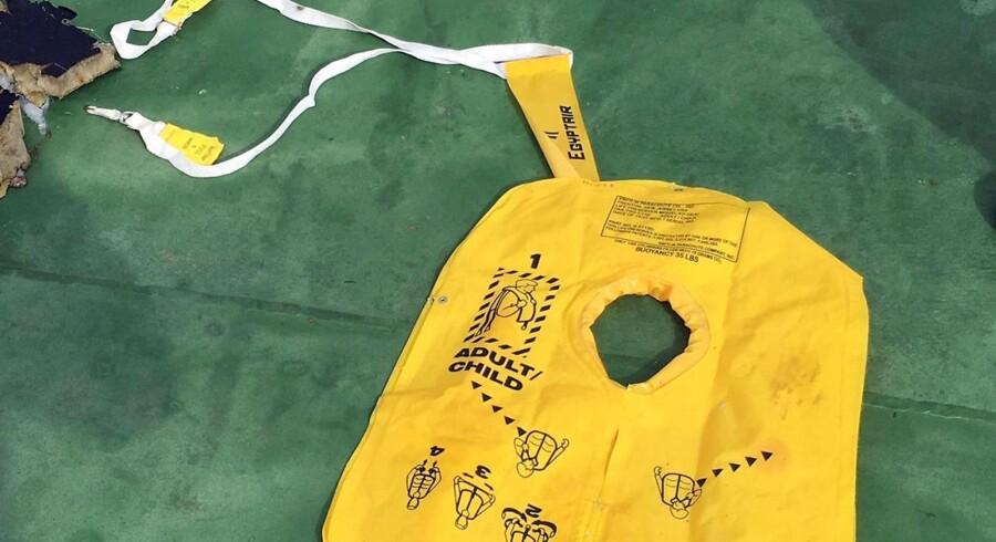 Blandt de første vragrester fra det nedstyrtede fly var ifølge den græske forsvarsminister også en kropsdel. Herudover blev der fundet en redningsvest, flysæder og flere stykker bagage.