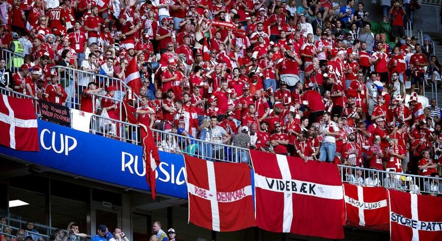Banneret med »store patter« under kampen mellem Danmark- Australien har kostet DBU en bøde på 20 euro.