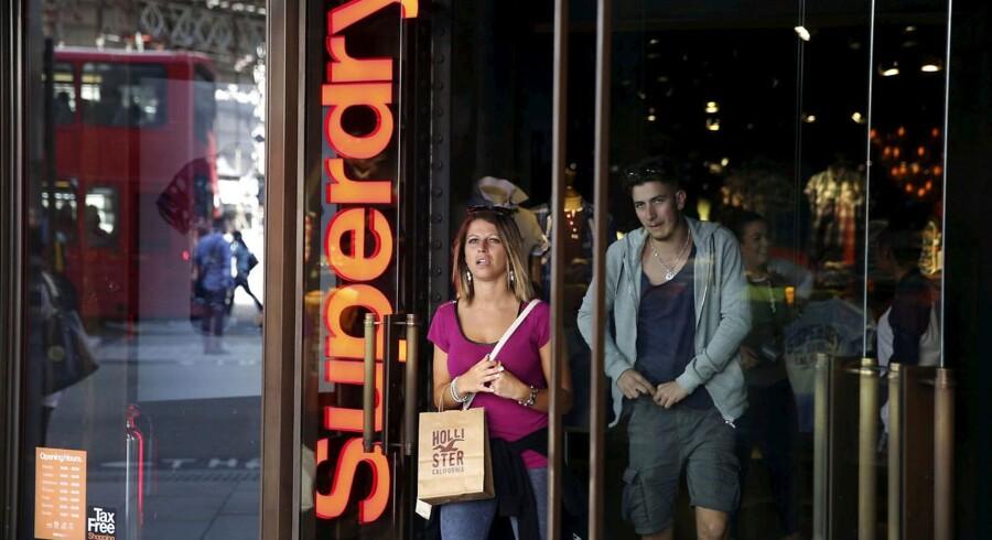 Det britiske tøjmærke Superdry har stor medvind på børsen torsdag, efter at selskabet har lagt op til et ekstraordinært udbytte til aktionærerne trods faldende overskud.