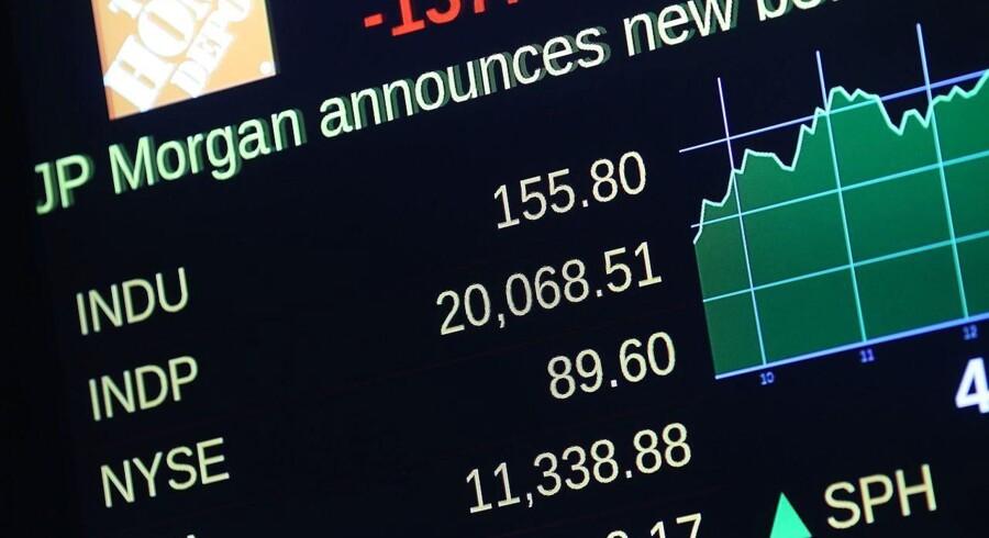 """Arkivfoto. Genmab kan fortsætte i rekordsporet mandag morgen, efter at selskabet har leveret endnu en opjustering af sine forventninger til 2016. Samtidig tegner stemningen ganske fin i banksektoren, hvor såvel Danske Bank som Nordea har fået analytikerroser. Rygklap er der også til William Demant, der er løftet til """"køb"""" fra """"neutral"""" af UBS."""