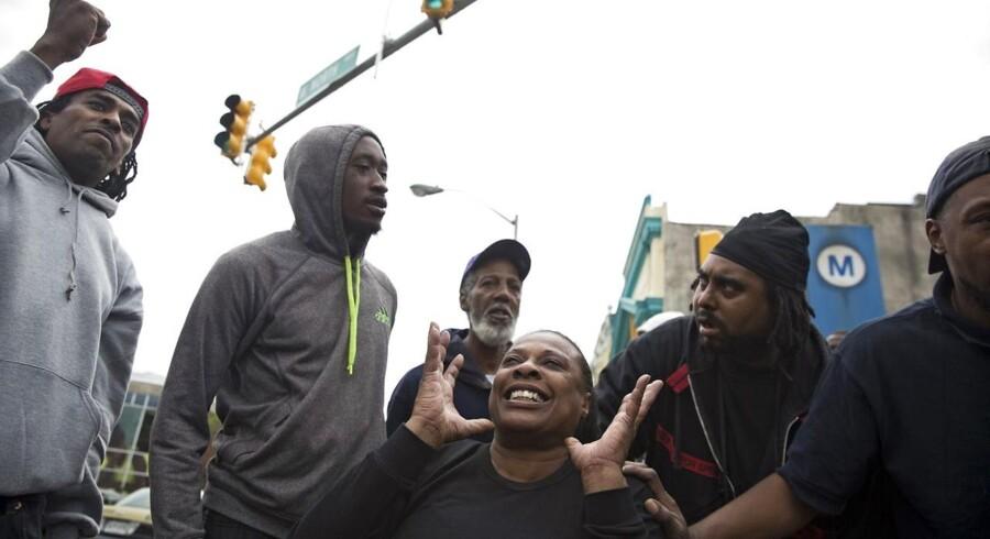 Der var jubel blandt demonstranter i Baltimore, da de fik nyheden om, at seks betjente bliver anklaget for drab.