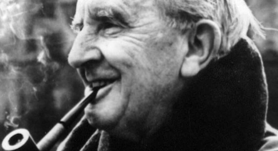 Forfatteren bag Ringenes Herre og Hobbitten, J R. R. Tolkien, får post-humt udgivet endnu en bog. Den handler om Beren og Luthien, et elskende par, bestående af en dødelig menneske-mand og en udødelige elverkvinde. Navnene Beren og Luthien er hugget ind i Tolkiens gravsted, hvor de symboliserer forfatteren og hans hustru.