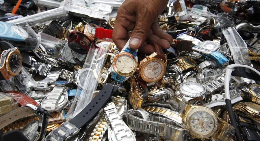 Det er langtfra kun luksusmærkevarer som bl.a. ure, der piratkopieres. I dag bliver også dagligvarer i vidt omfang ulovligt kopieret og solgt. Arkivfoto: Sukree Sukplang, Reuters/Scanpix