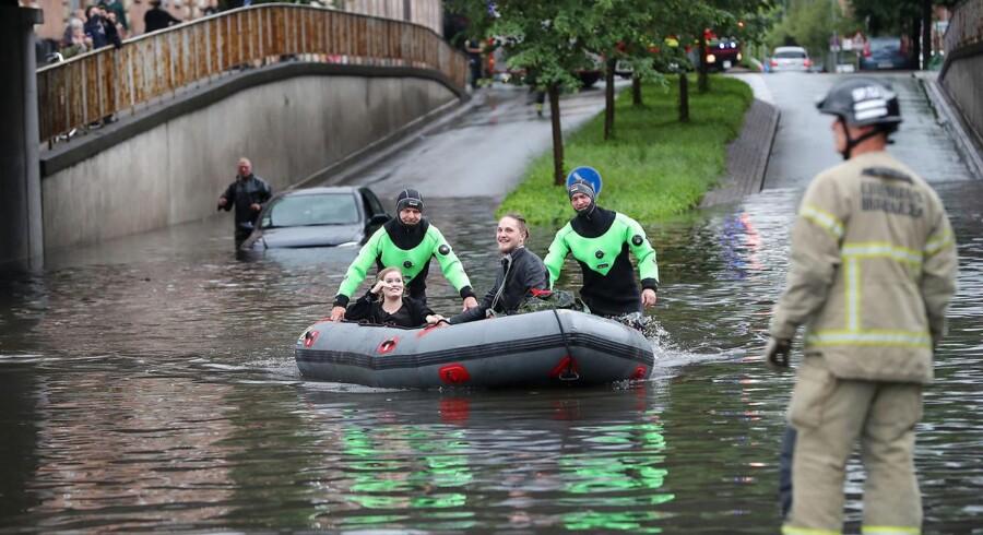 To mennesker skulle reddes ud af en synkende bil, og i en nordjysk by havde et bristet regnvandsbassin spektakulære konsekvenser.Her ses de to, der skulle hentes ud af en bil på Frederiksberg.