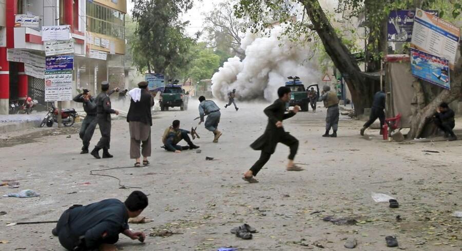 Folk løber i dækning under lørdagens selvmordsangreb i Jalalabad.