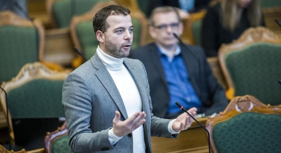 »Det er problemstillinger, hvor vi sammen med regeringen jo kunne forhandle os frem til nogle løsninger, der rent faktisk kunne virke. Derfor er det en selvvalgt plage, når man låser sig til DF,« siger Morten Østergaard.