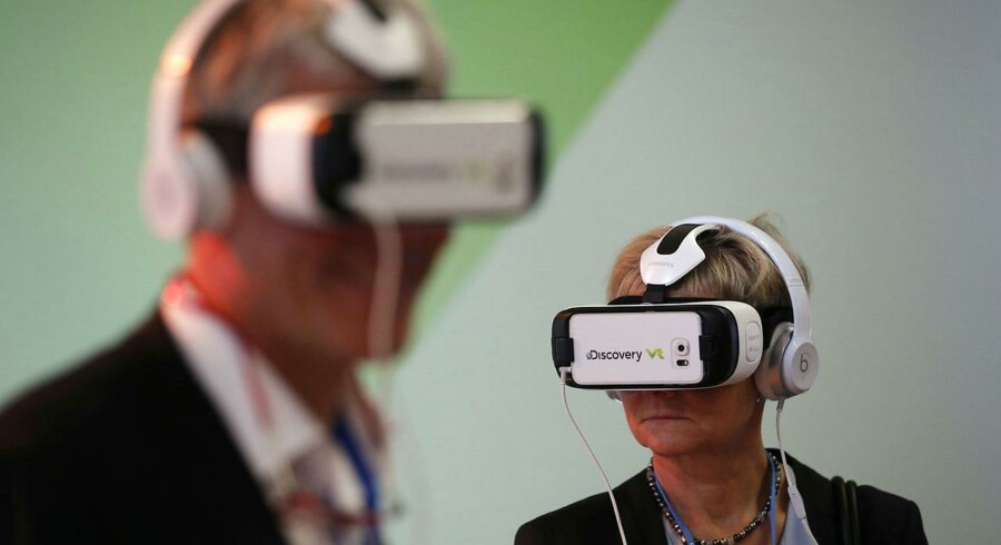 Deltagere i World Climate Change Conference 2015 (COP21) prøver de såkaldte Virtual Reality headset. FOTO: REUTERS/Stephane Mahe