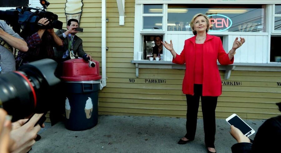 Hillary Clinton foran den iskiosk, hvor hun lavede det kontroversielle håndtryk.