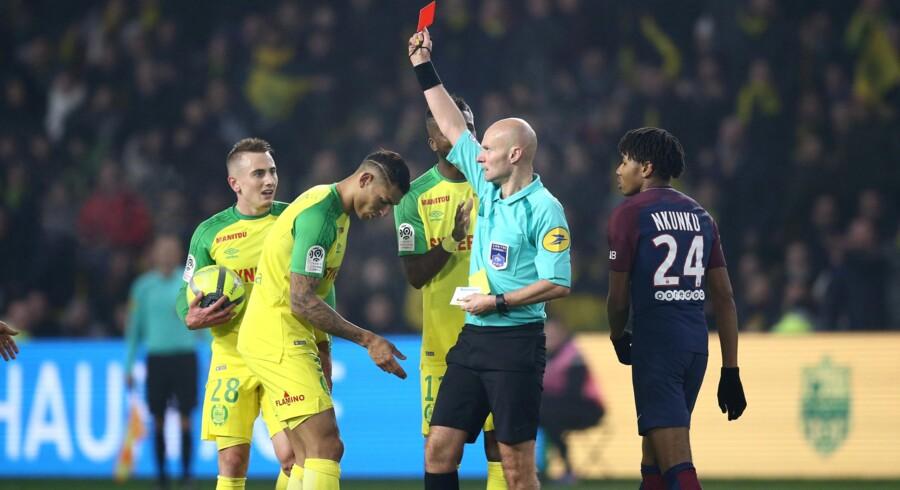 Nantes' Diego Carlos brokker sig til dommer Tony Chapron efter en højst mærkværdig udvisning. Reuters/Stephane Mahe