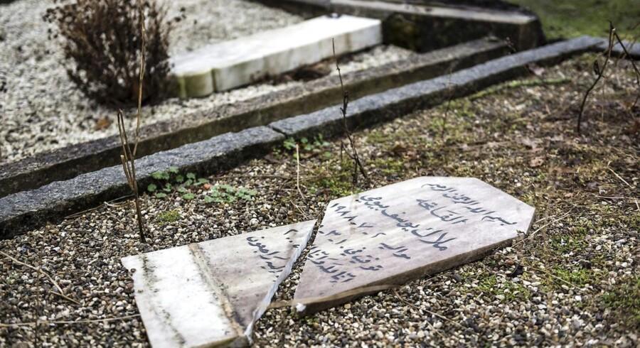 Gravsten er blevet væltet og ødelagt på Vestre Kirkegårds muslimske afdeling.