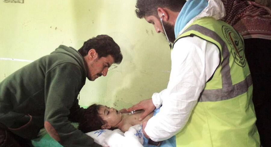 Et syrisk barn modtager behandling i det oprørskontrollerede Khan Sheikhun i Idlib-provinsen i det nordvestlige Syrien. Civile er rapporteret dræbt og sårede efter at være udsat for kemiske våben. Foto: Omar Haj Kadour/AFP