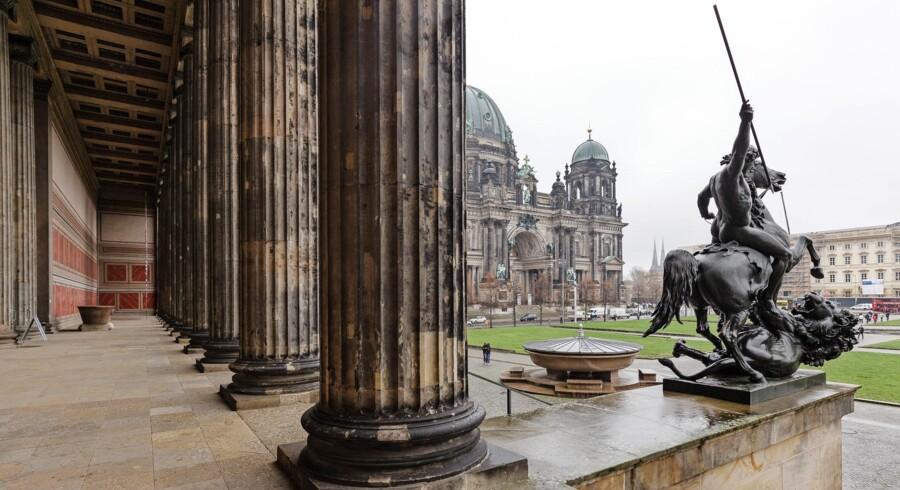Foran Altes Museum skulpturen 'Löwenkämpfer' fra 1858 af den tyske billedhugger Albert Wolff. I baggrunden ser du Berliner Dom. Der er også en flot samling skulpturer i haven foran Alte Nationalgalerie. Fotos: Morten Aagard Krogh