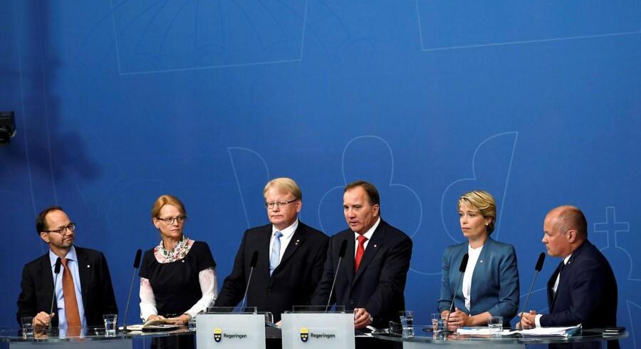Sverigedemokraterna (SD) vil have en mistillidsafstemning i Riksdagen mod den udskældte forsvarsminister, Peter Hultqvist og statsminister Stefan Löfven.