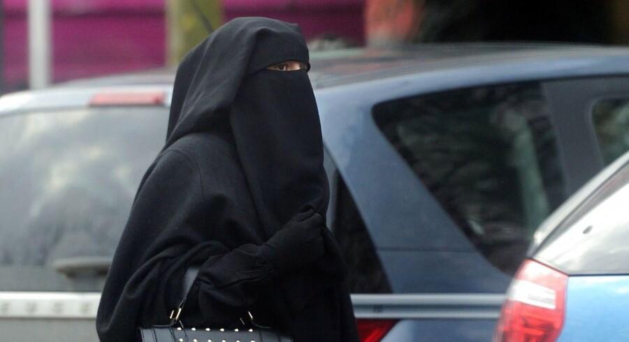 Danmark bør indføre burkaforbud, mener Berlingske i en leder. (Foto: PHILIPPE HUGUEN/Scanpix 2009)