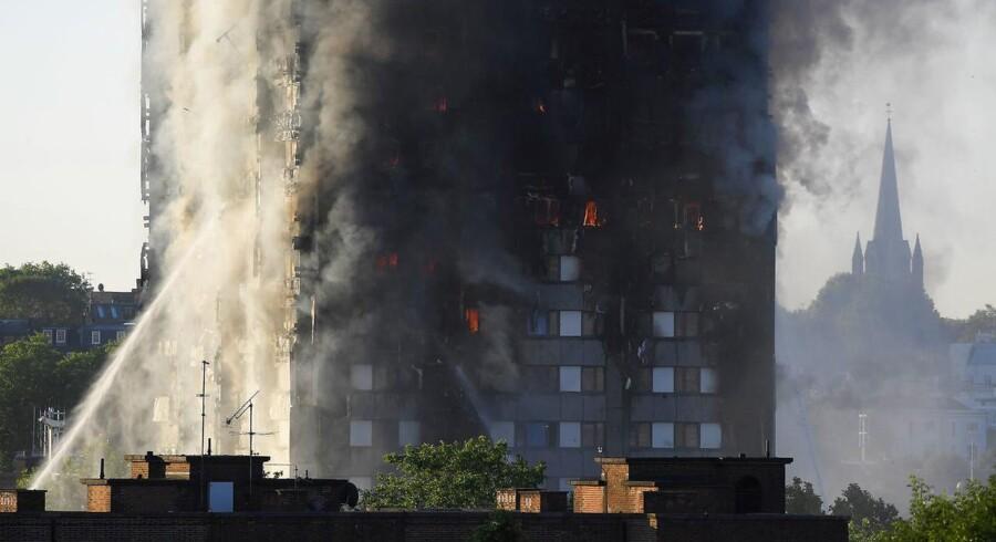 Brandmænd kæmper fortsat med flammerne i et højhus på Latimer Road i det veslige London onsdag morgen, 14. juni 2017. REUTERS/Toby Melville.