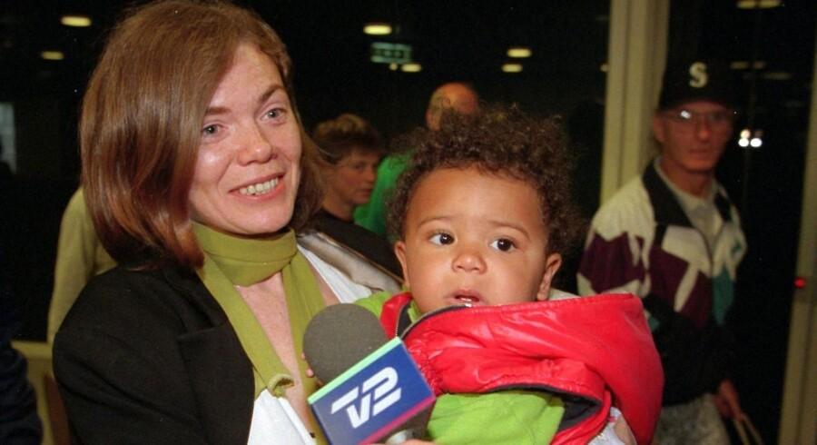 ARKIVFOTO: Anette Sørensen og hendes datter Liv vender hjem fra New York. Anette Sørensen blev i 1997 fængslet og Liv anbragt i familiepleje, fordi Anette Sørensen sad på restaurant med barnevognen stående udenfor. Det er uhørt i USA. Sagen endte med en betinget tiltalefrifindelse.