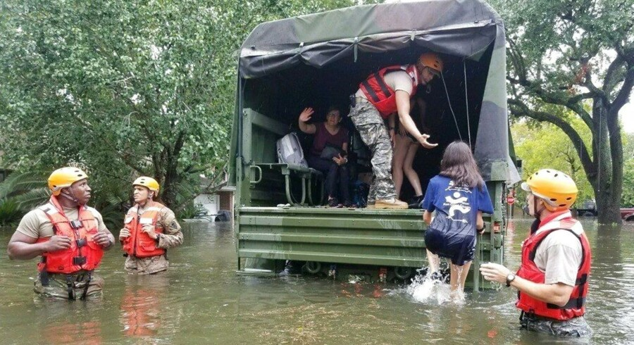 Efter orkanen Harvey er redningsarbejdet i fuld gang i de amerikanske stater Texas og Louisinana. Mexico tilbyder deres hjælp. Om Trump vil tage imod den er hverken sikkert eller vidst. Mens redningsarbejdet er i fuld gang i USA