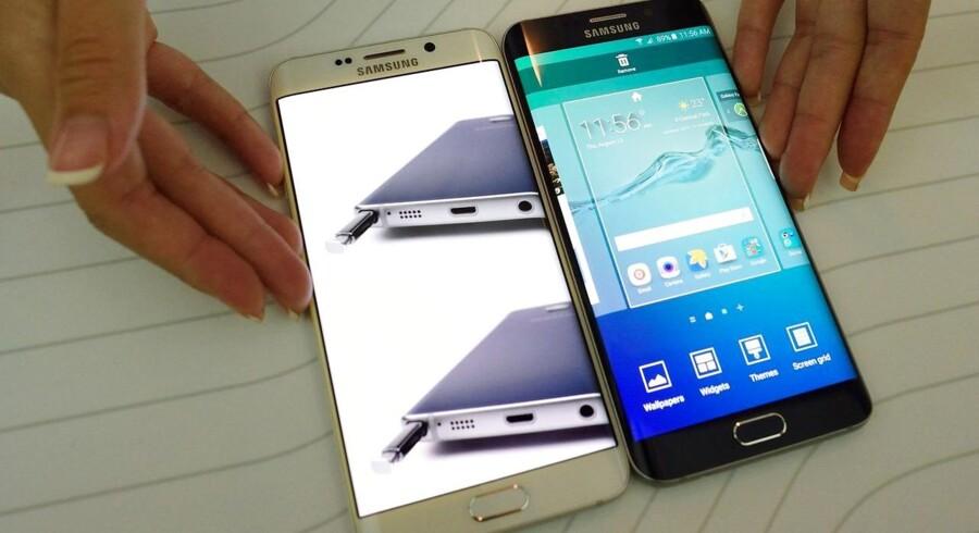 Sådan ser den nye Galaxy S6 Edge Plus med skærm ud over kanten (til højre) og Galaxy Note 5 med udtrækkelig pen ud. Den er 5,7 tommer stor mod forgængerens 5,1 tommer. Foto: Dom Emmert, AFP/Scanpix